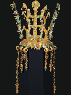 'Silla: Korea's Golden Kingdom' at the Met! Crown Korea, Silla Kingdom B. second half of the century, Gold and jade (Photo: © National Museum of Korea) Royal Crowns, Royal Jewels, Tiaras And Crowns, Crown Jewels, Korean Art, Asian Art, Ancient Jewelry, Antique Jewelry, Circlet