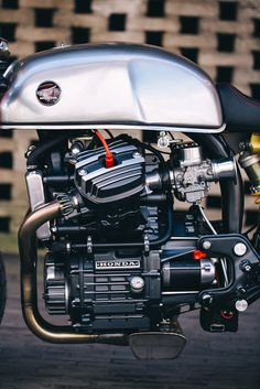 Honda Cafe Racer by Sacha Lakic Design Cx500 Cafe Racer, Cafe Racer Logo, Cafe Racer Moderne, Modern Cafe Racer, Custom Cafe Racer, Cafe Racer Build, Motorcycle Engine, Cafe Racer Motorcycle, Motorcycle Design