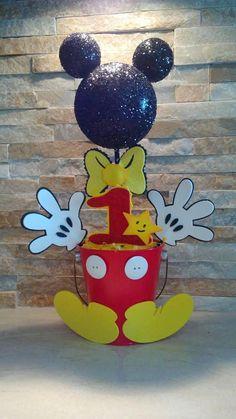 Mickey Mouse hermosos centro de mesa, 100% hecho a mano con cuidado y amor, ideal para fiestas infantiles y baby shower. Tema de Mickey Mouse inspirado, todo el mundo lo adoran. Dan un especial toque a tus fiestas. ♡ $22,00 cada uno. * 14 h x 9 w * Hecho a mano con cuidado * Foam