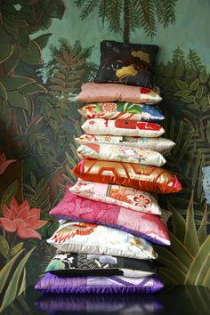 Big pile of cushions from Collection Carolina Breuer Vintage Kimono, Vintage Sewing, Japanese Quilts, Japanese Textiles, Japanese Bedroom, Big Cushions, Modern Kimono, Kimono Fabric, Vintage Japanese