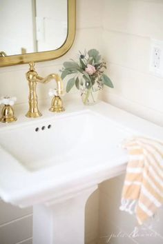 Bathroom Decor themes All the details about one of my favorite paint colors, Benjamin Moore Navajo White {not to be confused with Sherwin Williams color of the same name}. Farmhouse Light Fixtures, Farmhouse Lighting, Benjamin Moore Navajo White, Ideas 2017, Warm Home Decor, Favorite Paint Colors, Interior Paint Colors, Chic Bathrooms, Fancy