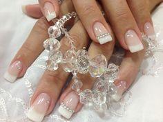 A clássica francesinha ganhou ainda mais delicadeza com os cristais específicos para unhas. Faça você também essa linda francesinha!!! Todos os produtos necessários você encontra em: www.lojadeesmaltes.com.br