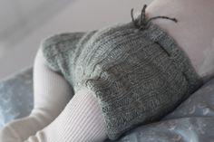 Jeg har strikket shorts til Julius. Han bruger oftest strømpebukser, for babyer taber alligevel hele tiden deres strømper. En kort beskrivelse af hvad jeg har gjort: Jeg starter nedefra. Slå 48 m o…