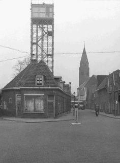 . Nieuwstraat hoek Sint Vitusstraat. Op de achtergrond Nieuwstraat met de zendmast van de NTS 1957
