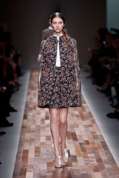 Valentino at Paris Fashion Week Fall 2013 - Runway Photos Mode Renaissance, Renaissance Fashion, Pretty Outfits, Fall Outfits, Collection Couture, Fashion Articles, Review Fashion, Couture Tops, Royal Fashion