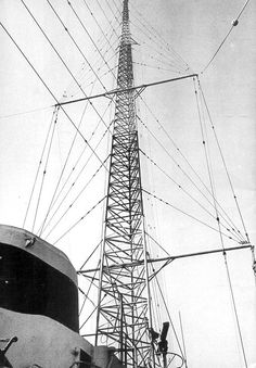 Radio Caroline's antenna mast on the Ross Revenge (from 'Offshore Echoes magazine no.51, March 1984)