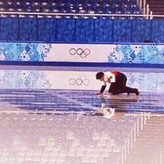 Scott kissing the rings in Sochi Virtue And Moir, Tessa Virtue Scott Moir, Ice Skating, Figure Skating, Stars On Ice, Tessa And Scott, Olympic Champion, Ice Dance, Sports