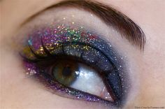 Colorful christmas make-up makeup демоны Glitter Eye Makeup, Glitter Hair, Kiss Makeup, Hair Makeup, Smile With Your Eyes, Look Festival, Makeup Items, Christmas Makes, Eye Art