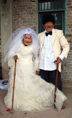 Centenarian couple who have been married for 88 years have their wedding photos taken. Wu Conghan, and his wife Wu Songshi, married in and have been together for almost 90 years. When they got married, there wasn't the option of wedding photographs. Couples Âgés, Vieux Couples, Elderly Couples, Growing Old Together, Happy Photos, Young At Heart, Foto Art, People Of The World, Forever Young