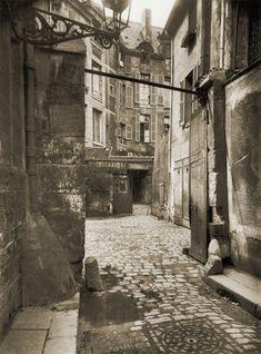 by Eugene Atget, Cour de Rouen ou de Rohan, 1915