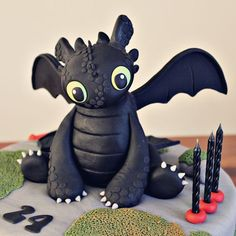 Toothless Cake from How To Train Your Dragon. Such a cute idea for a birthday cake for a boy. Dragon Birthday Cakes, Birthday Cake For Him, Dragon Birthday Parties, Dragon Cakes, Dragon Party, 31st Birthday, Toothless Party, Toothless Cake, Dinosaur Cake