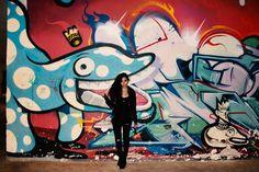 Calça rasgada + Street Art <3 Mais no http://princesadapreguica.com.br/look-do-dia-igual-aos-outros-botas/