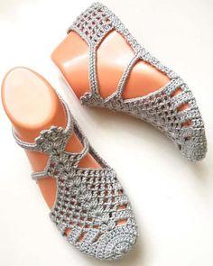 Diy Crochet Slippers, Crochet Bra, Crochet Sandals, Crochet Boots, Crochet Clothes, Lace Espadrilles, Diy Crafts Crochet, Crochet Slipper Pattern, Diy Scarf