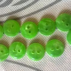Lot de 10 boutons plats vert irisé