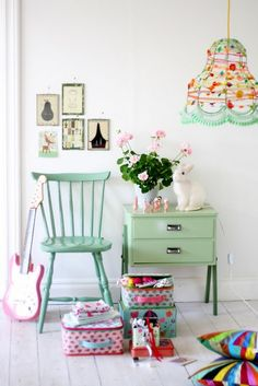 I adore the casual, kitschy, yet pretty feel of this vignette.