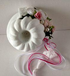 Durchmesser 15cm Höhe 8cm antike, kleine Guglhupfform aus Keramik mit Kreidefarbe weiss gestrichen dekoriert mit kleinen Rosenblüten in rosa und weiss, 2 handgearbeiteten Stoffrosen,...