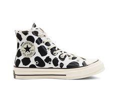 Essa estilista vai te ensinar a ressignificar seu guarda-roupa durante a quarentena - Dr Shoes, Hype Shoes, Sock Shoes, Me Too Shoes, Mode Converse, Converse All Star, Converse Shoes, Custom Converse, Cool Converse High Tops