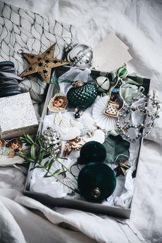 Christmas by blogger Anna Kubel via Lovely life Christmas Mood, Noel Christmas, Green Christmas, Christmas Balls, Christmas Colors, Vintage Christmas, Silver Christmas Decorations, Christmas Aesthetic, Christmas Inspiration