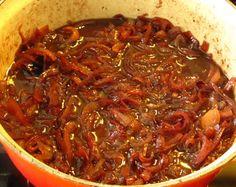 Recept voor confiture d'oignon, ofwel rode uienjam, lekker bij paté.