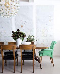 Dans le vent : décorer avec une touche de noir. Plein de style, mat ou brillant, voyez comment le noir a la capacité de donner de l'intensité ! [ Photo : Little Green Notebook ] #maison #home #design #photos #décoration #couleur #noir #paint #trending #tendance