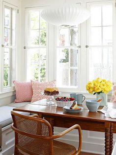 Mesinhas, poltronas e bancos versáteis, que se encaixam em diferentes ambientes, são as escolhas certas para sua casa.