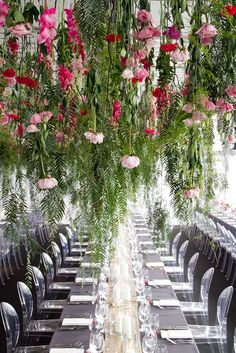 Stunning 20+ Hanging Flower Decorations For Your Wedding https://weddmagz.com/20-hanging-flower-decorations-for-your-wedding/