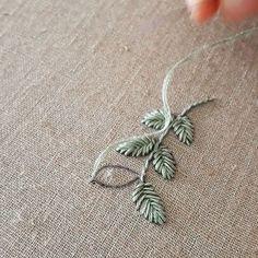 Punto Fishbone con hilo Mouliné @dmc_embroidery . . Love me tender - Elvis Presley ❤ . . . . #embroidery #bordado #embroideryhoop #bordadoamano #hechoamano #bordadoamao #stitch #embroiderydesign #embroiderytutorial #embroideryvideo @dmc_crafts @dmccollection #radatilly #argentina #comodororivadavia #chubut #agustinacrook #dmc #broderie #elvispresley