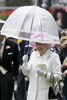 A look at the Queen's best rainy day attire in honor of National Umbrella Day. Princess Meghan, Her Majesty The Queen, Save The Queen, Cool Street Fashion, Street Style, Queen Elizabeth Ii, Bored Panda, Outfit Of The Day, Winter Hats