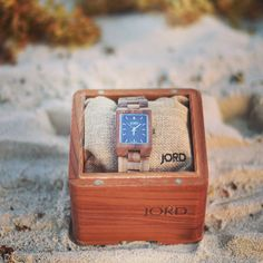 Took my favorite accessory from @jordwatches to Mexico ☀️🌴 This walnut & navy watch ⌚️is so lightweight and a perfect addition to any outfit. It will be on the blog next week but in the meantime you can enter to win $100 towards one just like this (or any of your choosing!) by clicking the link in my bio {👆🏻} - You'll automatically get a $25 credit just for entering 🙌Swipe left for more pics 🌴🌴#jordwatch #woodwatch #giveaway