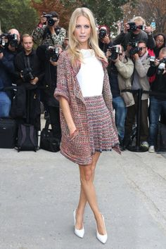 Poppy Delevingne arriving to the Chanel fashion show fashiongq.c Poppy Delevingne arrives at the Chanel fashion show fashiongq. Poppy Delevingne, Fashion Week Paris, Fashion News, Fashion Outfits, Fashion Trends, Fashion Glamour, Fashion 2014, Streetwear, Chanel Fashion Show