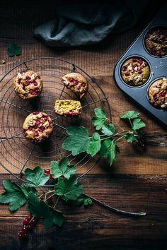 Muffins Rezept einfach und schnell. Ein gesundes Muffin Rezept mit Kurkuma, Haferflocken und Walnüssen. Mit Johannisbeeren oder Blaubeeren.   Das Rezept gibt es auf www.nutsandblueberries.de    Kurkuma Muffins  #muffins  #muffinrezept  Muffin Rezept   Muffins mit Haferflocken   Saftige Muffins   Muffins saftig  Food Fotografie Foodblogger, Italian Recipes, Germany, Community, Board, Healthy Muffin Recipes, Best Healthy Recipes, Turmeric Recipes, Deutsch