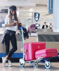 Looks viajar aeropuerto Travel Style, Baby Strollers, Children, Outfits, Traveling, Relax, Fashion Clothes, Airport Outfits, Travel Packing