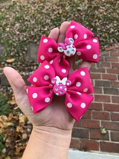 Inspired hairbow Pink or white? Red Pink Hair, Pink Hair Bows, Tulle Hair Bows, Ribbon Hair Bows, Baby Girl Accessories, Bow Accessories, Beauty Hacks With Aloe Vera, Jojo Bows, Hair Bow Tutorial