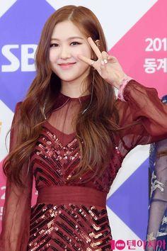 Read BLΛƆKPIИK at SBS Gayo Daejun 2017 from the story 𝐁𝐋𝐀𝐂𝐊𝐏𝐈𝐍𝐊 𝐈𝐍 𝐘𝐎𝐔𝐑 𝐀𝐑𝐄𝐀 🖤 by lllls_m (🐨) with 571 reads. Kpop Girl Groups, Korean Girl Groups, Kpop Girls, Yg Entertainment, K Pop, Foto Rose, 168, Mileena, 1 Rose