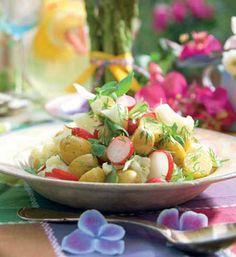 Kartoffelsalat hører sommeren til. Kan fint forberedes flere timer forinden middagen, så du har tid til at hygge med gæsterne foran grillen.
