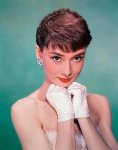 Use these incredible 25 Timeless Audrey Hepburn Style Tips to give you that Audrey Edge! If you don't know by now, Audrey is a style icon! Audrey Hepburn Pixie, Audrey Hepburn Photos, Audrey Hepburn Hairstyles, Divas, Old Hollywood, Hollywood Stars, Classic Hollywood, British Actresses, Sophia Loren