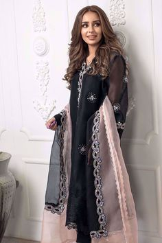 Modest Fashion Hijab, Fashion Dresses, Fashion Fashion, Latest Fashion, Pakistani Suits, Pakistani Dresses, Trendy Dresses, Casual Dresses, Embroidery Suits Design