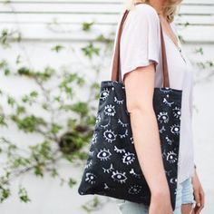 An easy way to create a patterned tote with leather detail straps, perfect to have on your arm this summer