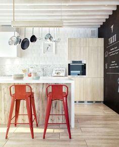 Sgabelli rossi - Spunti originali per arredare la cucina in bianco e rosso.