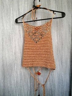 Top dorado tejido a crochet. en viscosa Tops A Crochet, Beach Crochet, Crochet Bikini Top, Crochet Crop Top, Knit Or Crochet, Irish Crochet, Crochet Hooks, Crochet Fashion, Vintage Crochet
