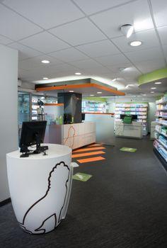 Pharmacie des Lions à Sallanches, France. Identité graphique très recherchée. Le lion représente le logo de la pharmacie et fait office de signalétique.