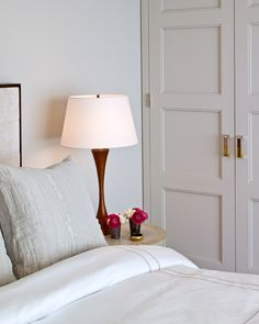 I love the height of this lamp in combination with the headboard and upright pillows.(bh)