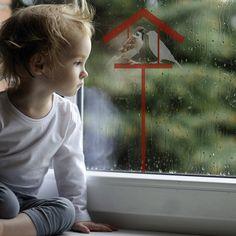 Krmítko s vrabci přelepovací samolepky na okno Sada obsahuje dva vrabce a krmítko, které můžete zavěsit nebo postavit. Rozměr krmítka 15x21 cm. Délka závěsu - skládá se ze dvou částí o délce 0,9x22 cm. Samolepka je určena k polepu oken. Drží pomocí statiky. Stačí ji sloupnout z podkladu a nalepit na čisté a odmaštěné okno/zrcadlo. Následně ji můžete sloupnout a ...