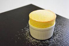 Soufflé de mango con 'lemon grass' Le Cordon Bleu, Mango Souffle, Desserts Ostern, Souffle Recipes, French Pastries, Manga, Lemon Grass, Cornbread, Mousse