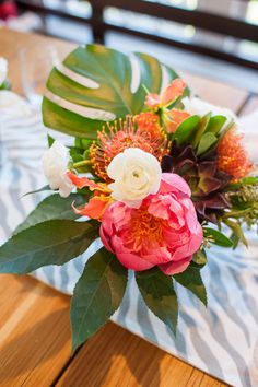 #peony, #tropical, #centerpiece, #leaves, #floral-arrangement | Photography: Leila Brewster Photography - leilabrewsterphotography.com/