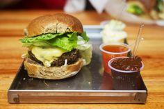 X-Wilson, o hambúrguer artesanal da Comuna. Pra acompanhar, 4 molhos diferentes - é só escolher: maionese de wasabi, maionese da casa, sweet chilli e ketchup da casa.