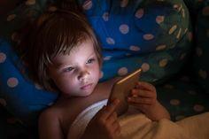 Pas d'écran avant 3 ans! C'est ce que se tue à répéter le psychiatre Serge Tisseron depuis 2008… 12 ans déjà qu'il martèle aux parents les effets néfastes des écrans pour les petits! Pourtant il semblerait que ce slogan ne porte pas ses fruits! Un enfant, avant même d'entrer à l'école, donc avant 3 ans, passerait entre 4 et 6 h PAR JOUR devant un écran… Que ce soit la télévision, un ordinateur ou une tablette, il passe plus d'un quart de sa journée les yeux