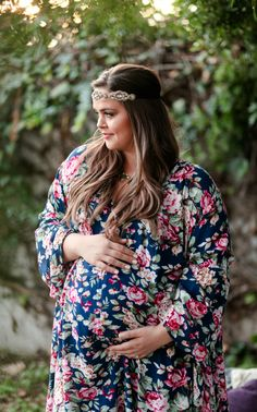 This gorgeous plus size maternity tunic is the perfect piece to add some fresh florals to your wardrobe. A flowy maternity tunic will keep you comfortable while this beautiful print will make you feel pretty all day long.