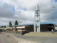 Station #DenHelder werd in gebruik genomen op 20 december 1865 met de opening van de spoorlijn Den Helder – #Alkmaar. Dit was de tweede door de Hollandsche IJzeren Spoorweg-Maatschappij in gebruik genomen spoorlijn, na de Oude Lijn.