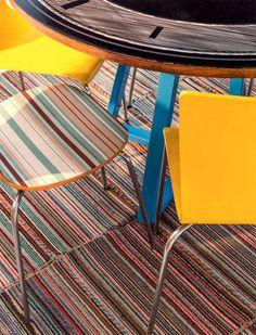 """TAPETE - """"Na linha da economia, ainda entram o tapete (2,40 x 2 m), formado por 24 peças menores costuradas com barbante, e as cadeiras listradas, garimpadas em um brechó de móveis e revestidas de tecido pelo morador."""""""
